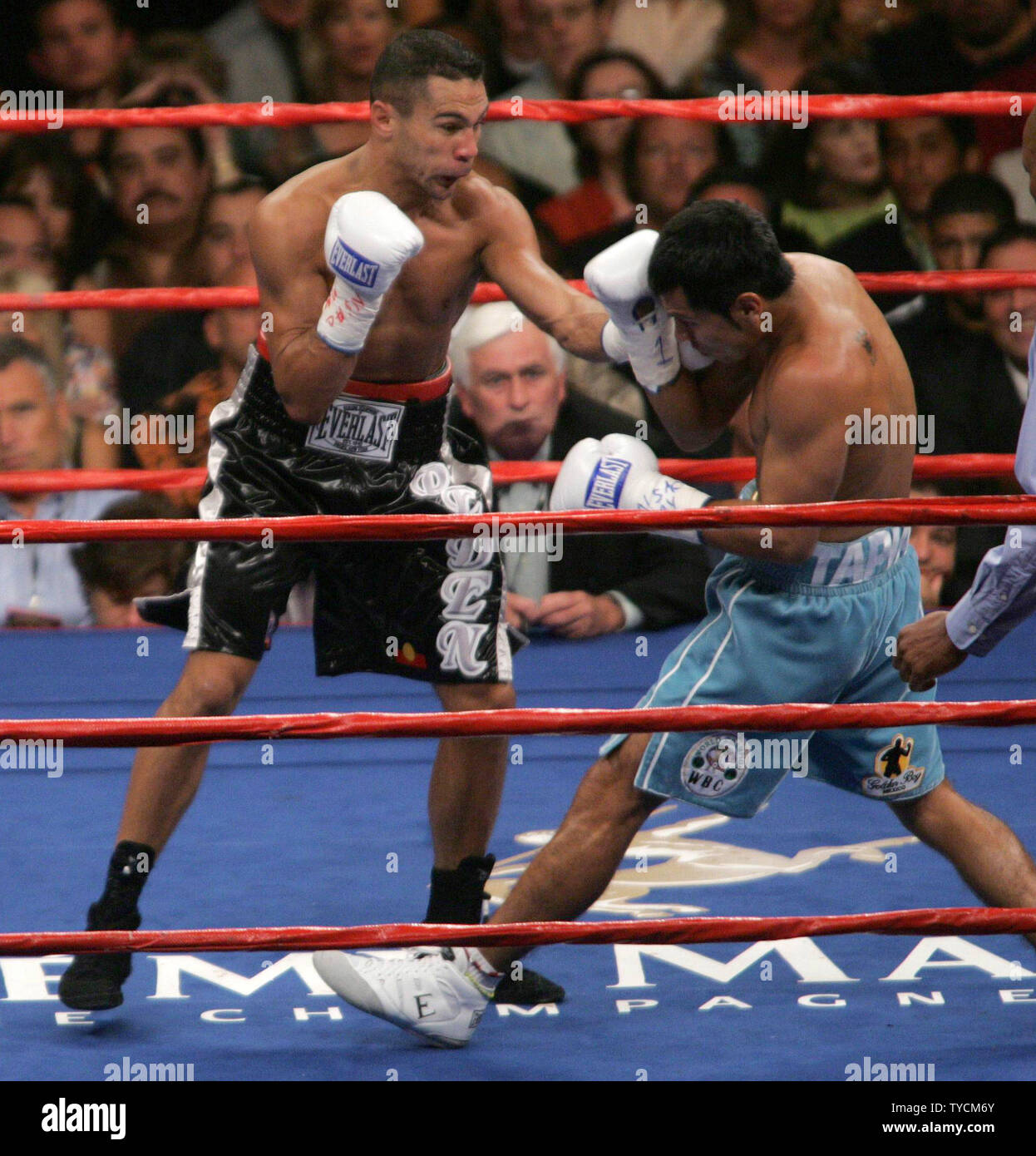 Robbie Peden of Brisbane Australia attacks Marco Antonio Barrera of Mexico City during their fight to consolidate the IBF and WBC world Super Featherweight titles. The fight was won by Barrera at MGM Grand in Las Vegas, NV, September 17, 2005.    (UPI Photo/Roger Williams) - Stock Image