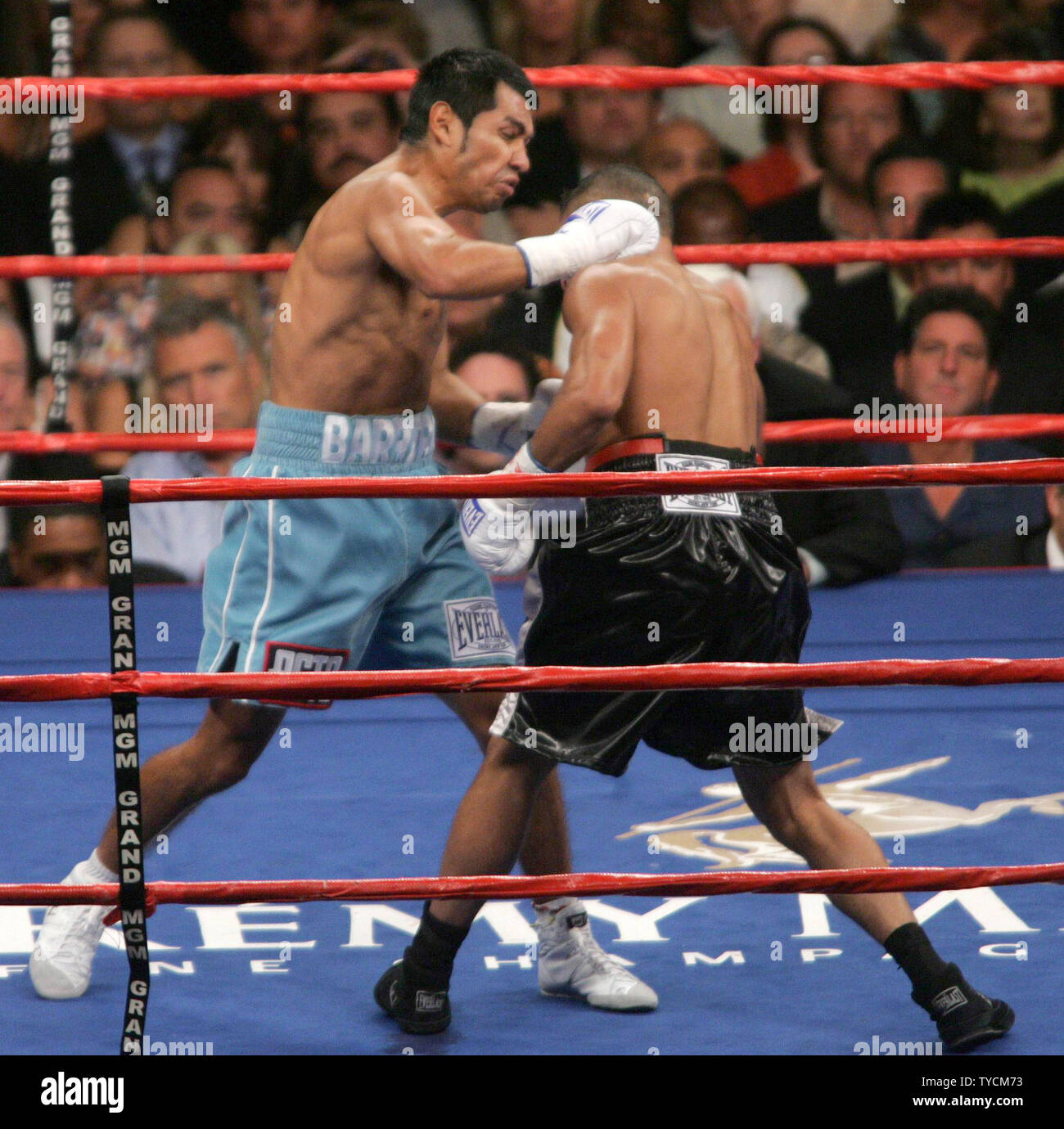 Marco Antonio  Barrera of Mexico City attacks Robbie Peden of Brisbane, Australia during their fight to consolidate the IBF and WBC world Super Featherweight titles. The fight was won by Barrera at MGM Grand in Las Vegas, NV, September 17, 2005. (UPI Photo/Roger Williams) - Stock Image