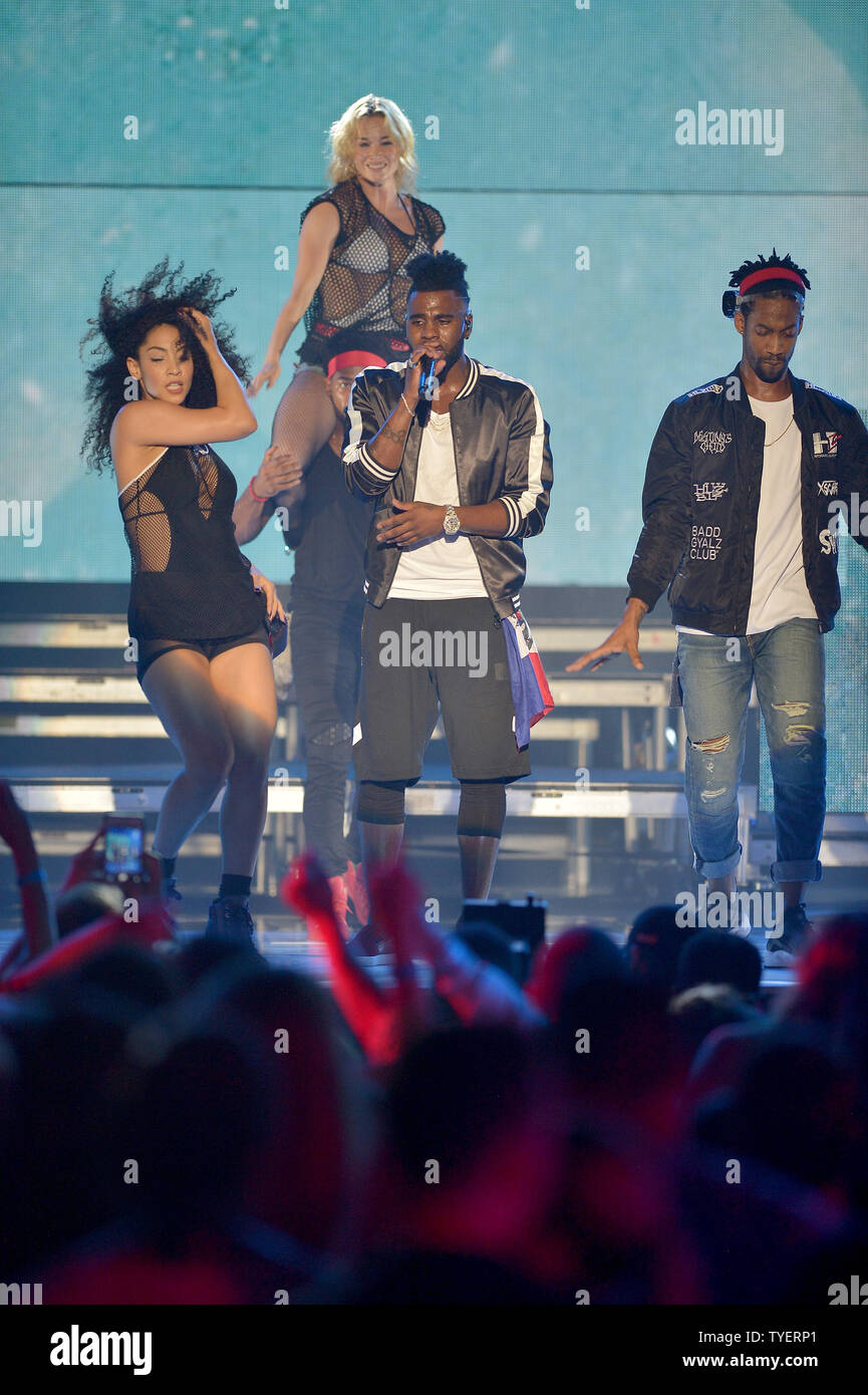 Jason Derulo performs at the IHeartRadio Summer Pool Party