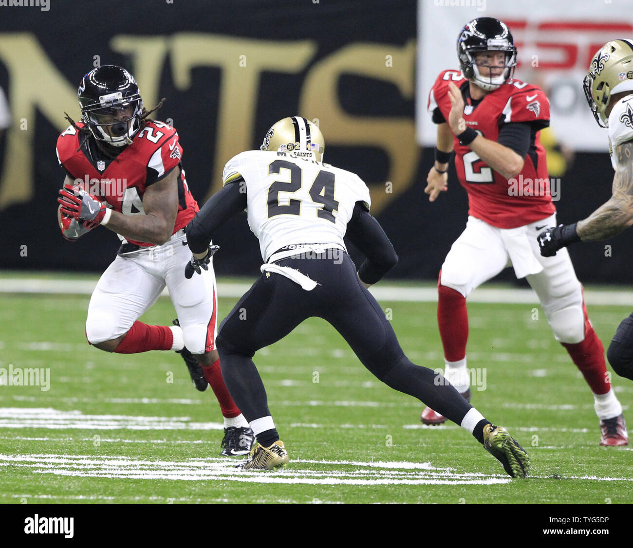 Atlanta Falcons running back Devonta Freeman (24) picks up 7