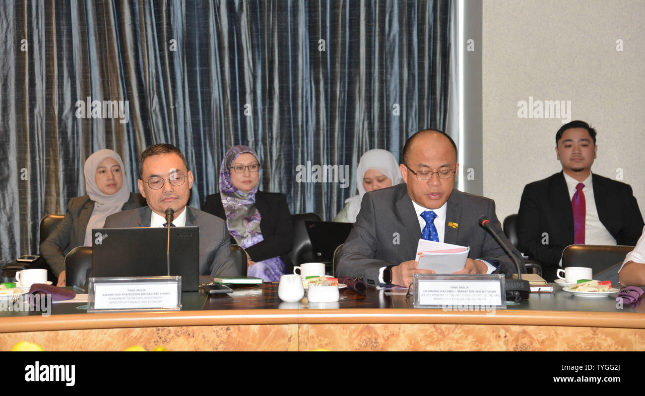 (190626) -- BANDAR SERI BEGAWAN, June 26, 2019 (Xinhua) -- Abdul Manaf (R, front), Brunei's Deputy Minister of Finance and Economy, gives a speech during a meeting with the visiting delegation of the General Administration of Customs of China (GACC) in Bandar Seri Begawan, capital of Brunei, June 25, 2019. Brunei hopes to reach a trade facilitation agreement on food and agricultural products with China in the near future, Brunei's Deputy Minister of Finance and Economy Abdul Manaf said, adding that the agreement will help expand the country's food and agricultural products exports to China. (X - Stock Image