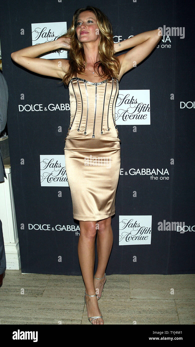 Gisele Bundchen launches new fragrance 'The One' for Dolce & Gabbana at Sak's Fifth Avenue in New York on July 16, 2007.  (UPI Photo/Laura Cavanaugh) - Stock Image