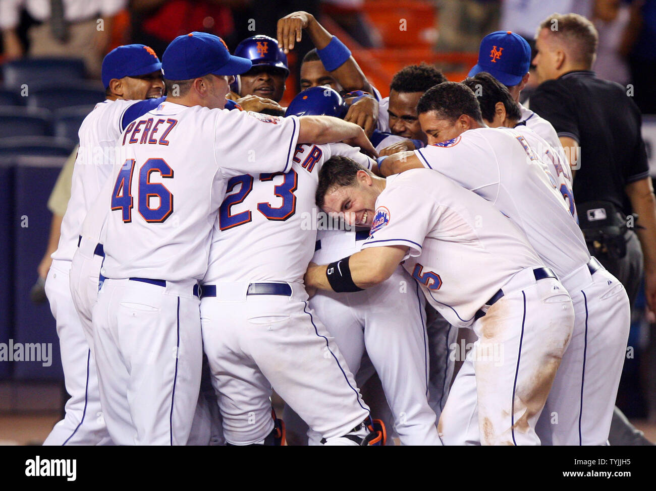 New York Mets David Wright Lowers His Head Into A Pile Of