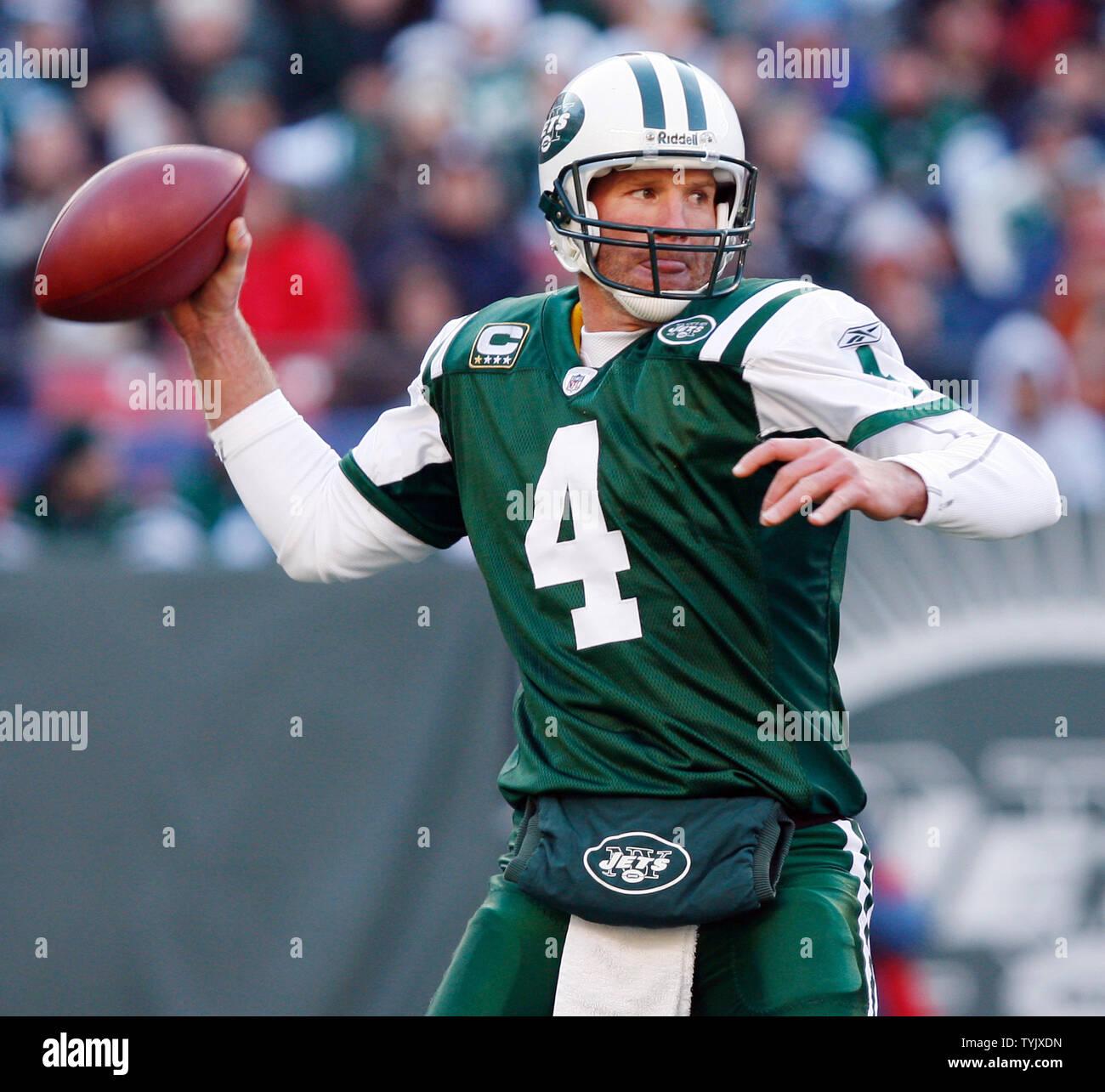 new style 2a4a6 152e6 New York Jets Brett Favre prepares to throw a pass in the ...