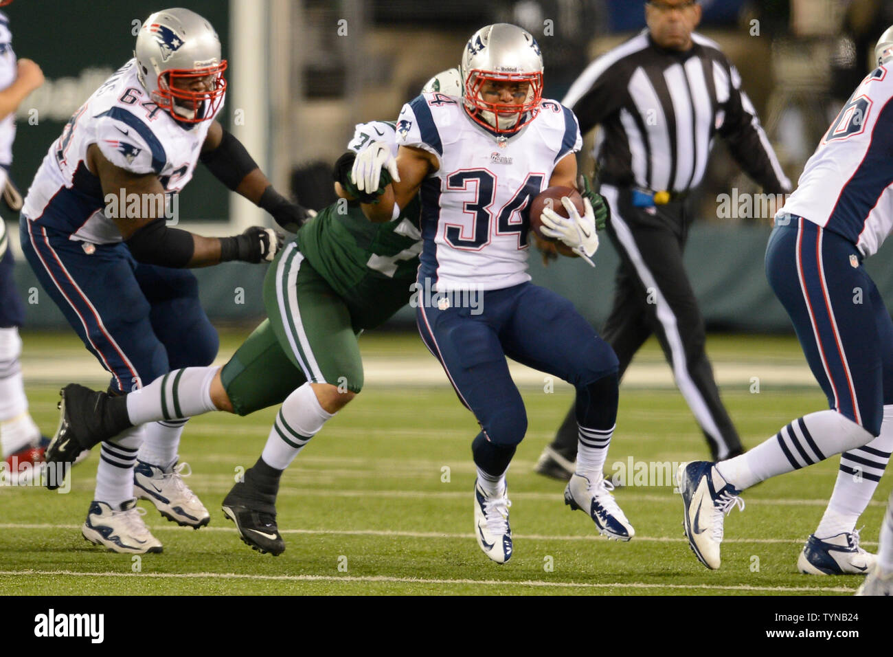 New England Patriots running back Shane Vereen (34) carries the ...