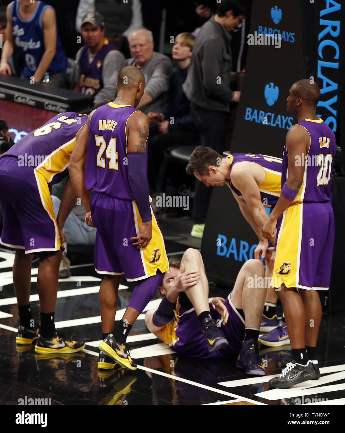 the latest 96c47 255ea Los Angeles Lakers Kobe Bryant and Laker teammates stand ...