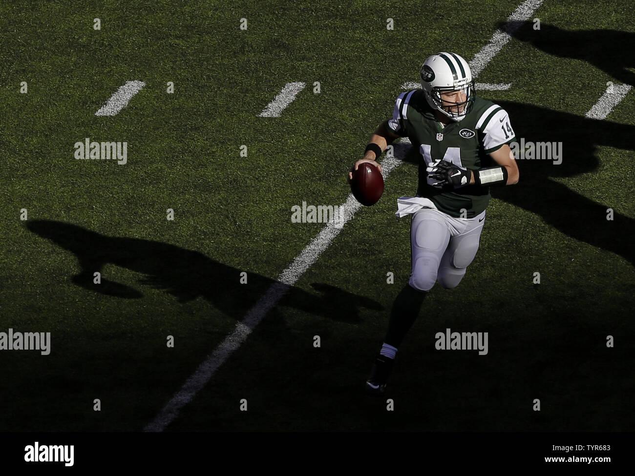 pretty nice 862f2 b708b New York Jets Ryan Fitzpatrick scrambles with the football ...