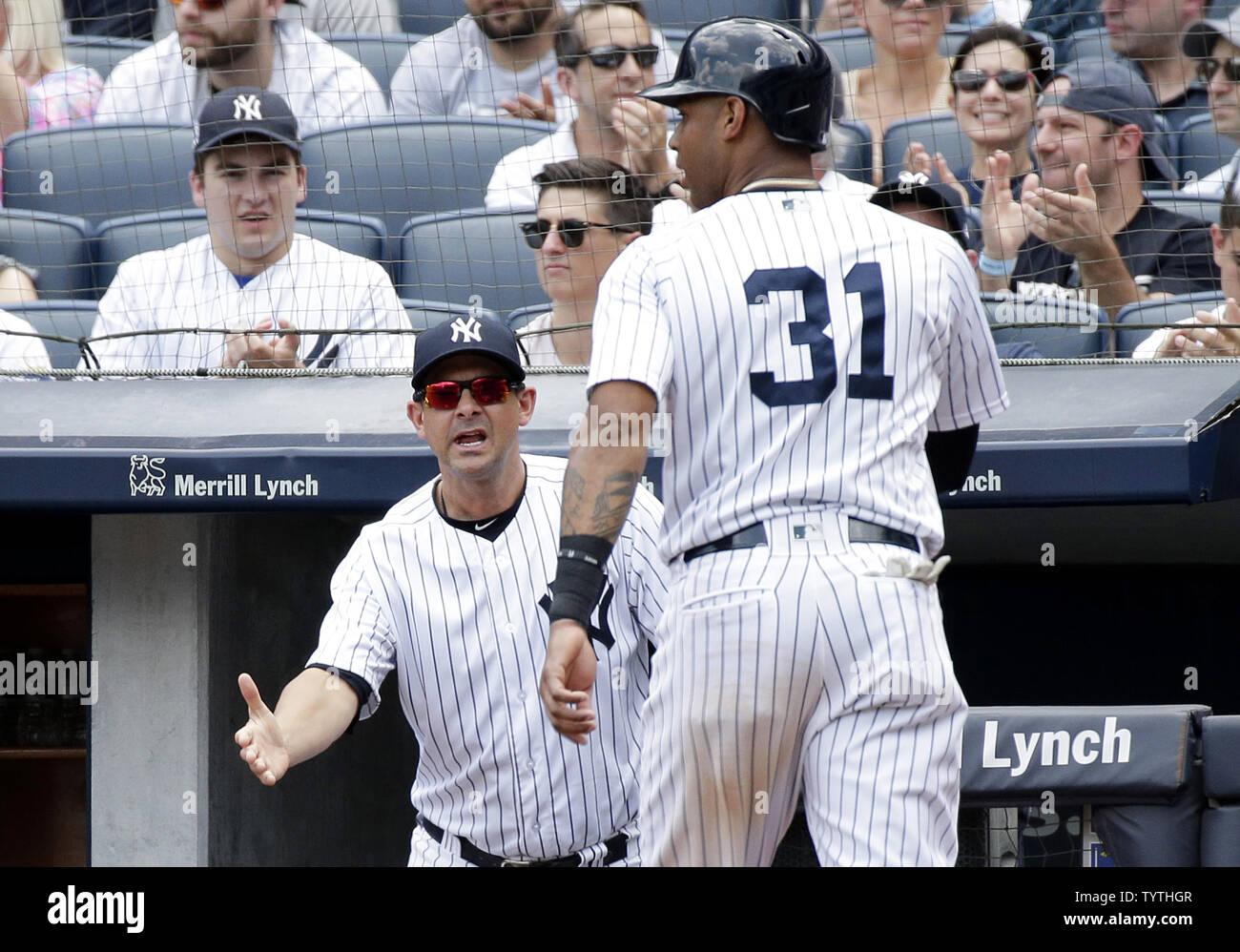 promo code 09b47 03c92 New York Yankees manager Aaron Boone waits to greet Aaron ...