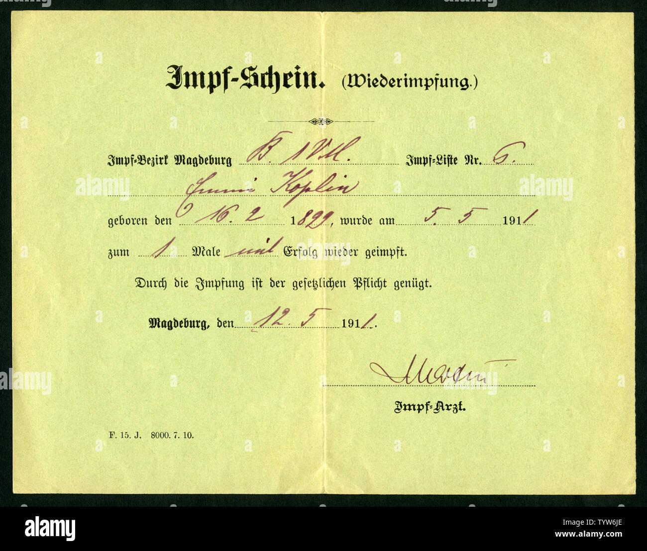 Europa, Deutschland, Sachsen-Anhalt, Magdeburg, grüner Impfschein ( Wiederimpfung ), Vorderseite, ausgestellt am 12. 05. 1911 . /  Europe, Germany, Sa Stock Photo