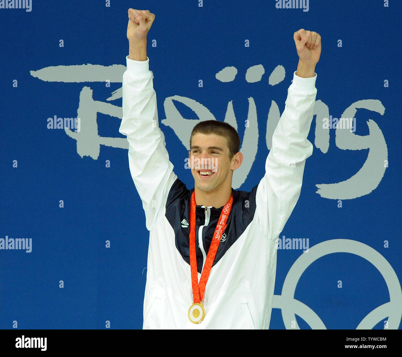 USA's Michael Phelps raises his arms after receiving his 7th gold medal for the Men's 100M Butterfly final at the National Aquatic Center (Water Cube) during the 2008 Summer Olympics in Beijing, China, on August 16, 2008. Phelps is tied with Mark Spitz, the swimmer who set the record for 7 gold medals in a single Olympics in Munich, 1972.   (UPI Photo/Roger L. Wollenberg) - Stock Image