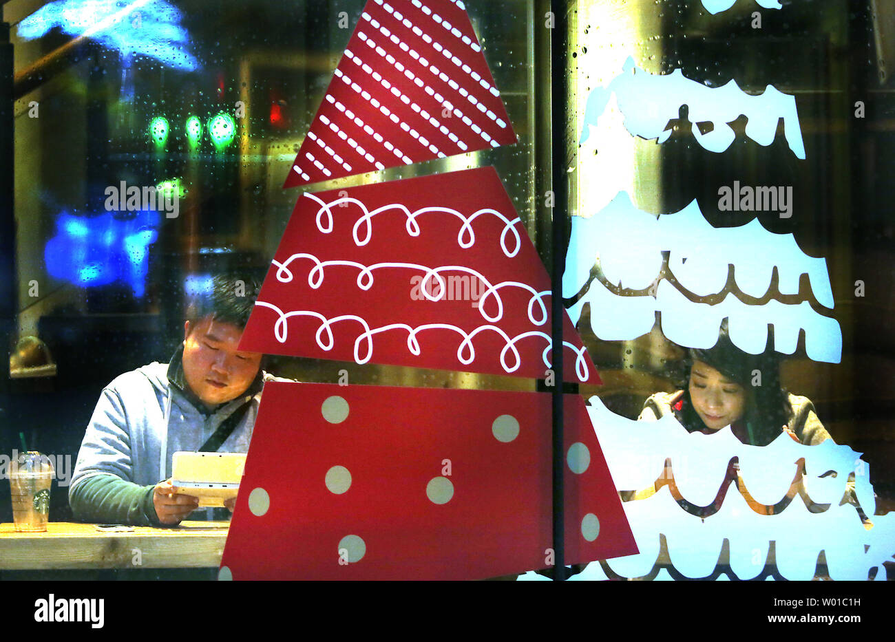 Is Starbucks Open On Christmas.Chinese Visit A Christmas Decorated Starbucks In Downtown