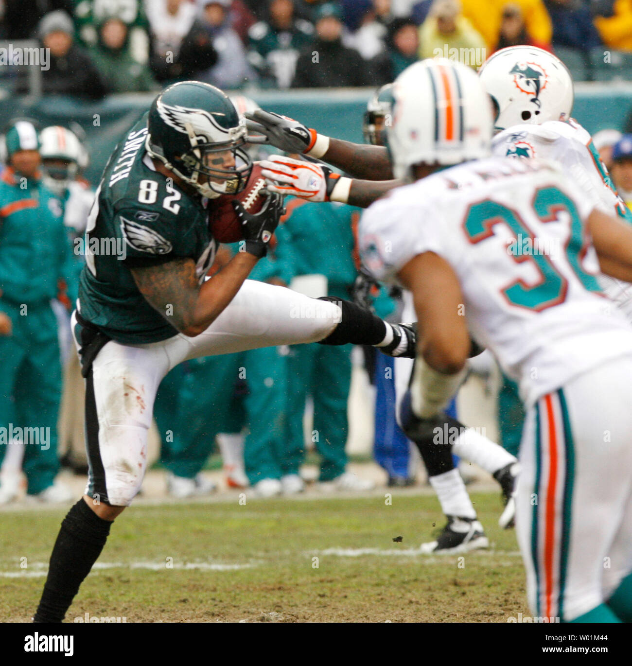 Philadelphia Eagles tight end L. J. Smith (82) prepares to be hit by Miami Dolphins Jay Porter (hidden) and Jason Allen (32) after completing a pass from A. J. Feeley for a 28-yard gain on the Miami 24-yard line during second quarter Miami Dolphins-Philadelphia Eagles NFL football action  at Philadelphia's Lincoln Field October 18, 2006. Philadelphia defeated Miami 17-7.      (UPI Photo/John Anderson) - Stock Image