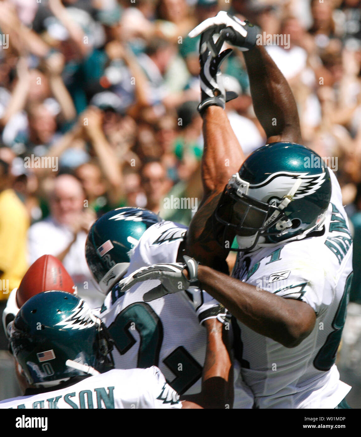 Philadelphia Eagles  L.J. Smith goes for a high 5 with teammate (26) during first quarter play in Philadelphia at Lincoln Financial Field September 7, 2008.   (UPI Photo/John Anderson) - Stock Image