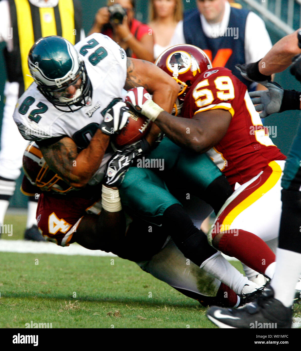 Philadelphia Eagles tight end L.J. Smith (82) gains 7 yards against Washington Redskins linebacker H. B. Blades and London Fletcher (59) during the fourth quarter at Lincoln Financial Field in in Philadelphia on October 5, 2008. Washington defeated Philadelphia 23-17. (UPI Photo/John Anderson) - Stock Image