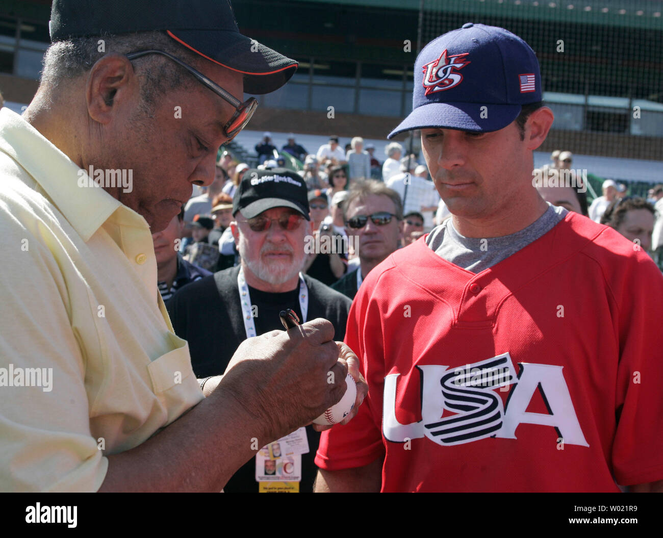 87ef960f Former San Francisco Giant outfielder Willie Mays signs an autograph for  Texas Ranger Michael Young before