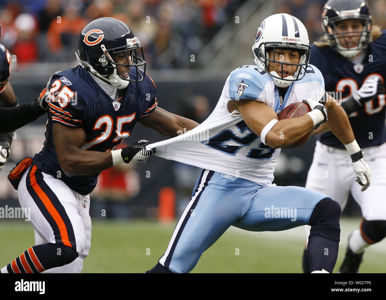 fa8f8b3f Tennessee Titans punt returner Chris Carr (R) is brought down by ...