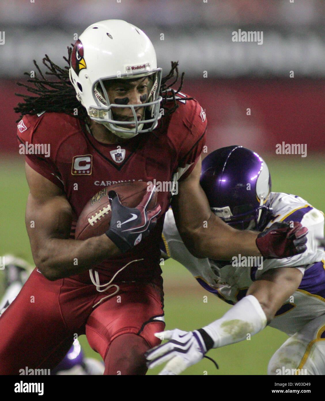 8971214f Arizona Cardinals wide receiver Larry Fitzgerald (L) picks up ...