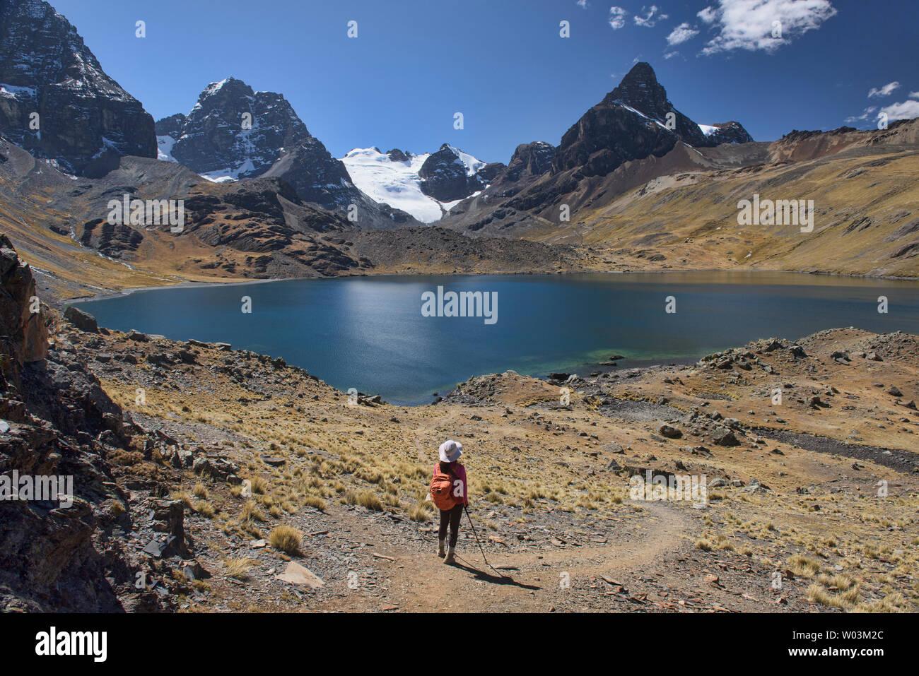 Stunning alpine scenery at Chiar Khota Lake and Condoriri Basecamp along the Cordillera Real Traverse, Bolivia - Stock Image