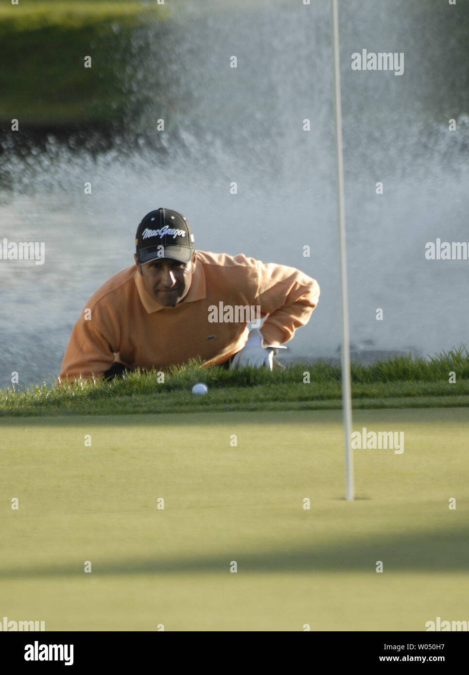 Jose Maria Olazabal of Spain. Lines up his ball on the 18th hole during his playoff loss to Tiger Woods at the Buick Invitational golf tournament January 29, 2006 in San Diego, California. (UPI Photo / Earl S. Cryer) - Stock Image