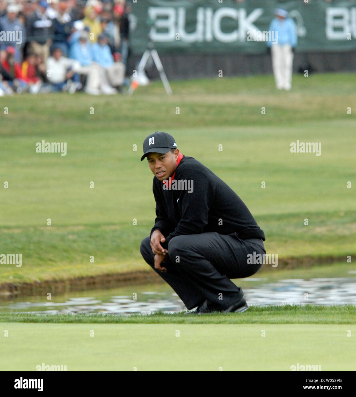 Golfer Tiger Woods contemplates his ball from the rough on the 18th hole at Torrey Pines January 28, 2007 during the final round of the Buick Invitational golf tournament in San Diego. Woods won his 7th consecutive PGA event with a final round 66 to finish 15-under par. (UPI Photo/Earl S. Cryer) - Stock Image