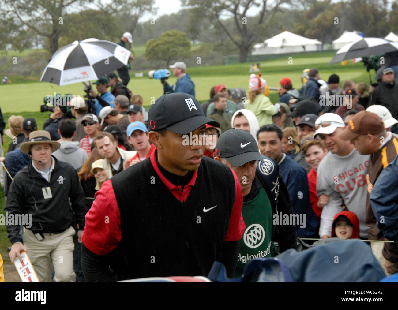 Tiger Woods walks through the gallery and onto the 18th green on his way to winning the Buick Invitational golf tournament January 27 2008 in San Diego. His victory ties Woods with Arnold Palmer with 62 all-time wins on the PGA Tour. Woods finished at 18-under 270 to win the Buick Invitational for the fourth consecutive year. (UPI Photo/Earl Cryer) - Stock Image
