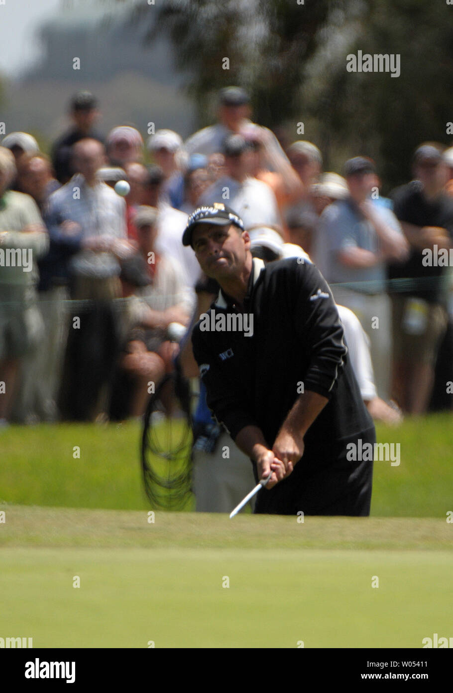 Rocco Mediate chips onto the 6th green during the last day of regular play of the US Open at Torrey Pines Golf Course in San Diego on June 15, 2008. Mediate tied for first with Tiger Woods and a playoff round will be held tomorrow. (UPI Photo/Earl S. Cryer) - Stock Image
