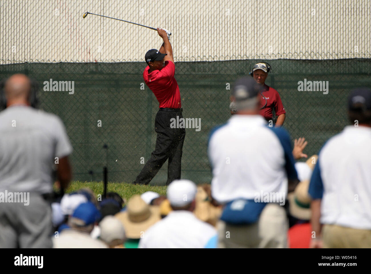 Tiger Woods hits off the 10th tee box during the last day of regular play of the US Open at Torrey Pines Golf Course in San Diego on June 15, 2008. Woods tied for first with Rocco Mediate and a playoff round will be held tomorrow. (UPI Photo/Earl S. Cryer) - Stock Image