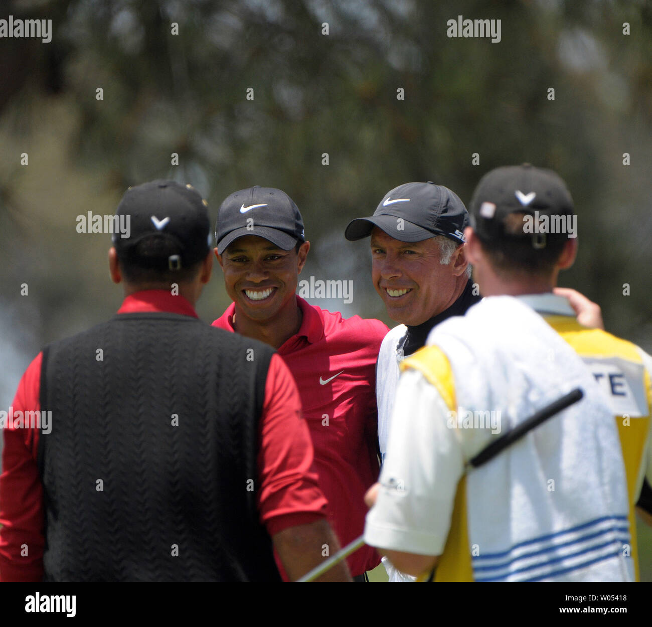 Tiger Woods with caddie Steve Williams (Center) are congratulated by Rocco Mediate (L) and caddie Matt Achatz on winning the 108th US Open at Torrey Pines Golf Course in San Diego on June 16, 2008. (UPI Photo/Earl S. Cryer) - Stock Image