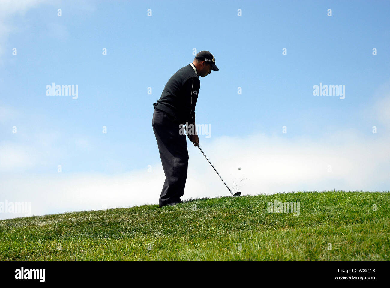 Rocco Mediate chips onto the 5th green during the last day of regular play of the US Open at Torrey Pines Golf Course in San Diego on June 15, 2008. Mediate tied for first with Tiger Woods and a playoff round will be held tomorrow. (UPI Photo/Earl S. Cryer) - Stock Image