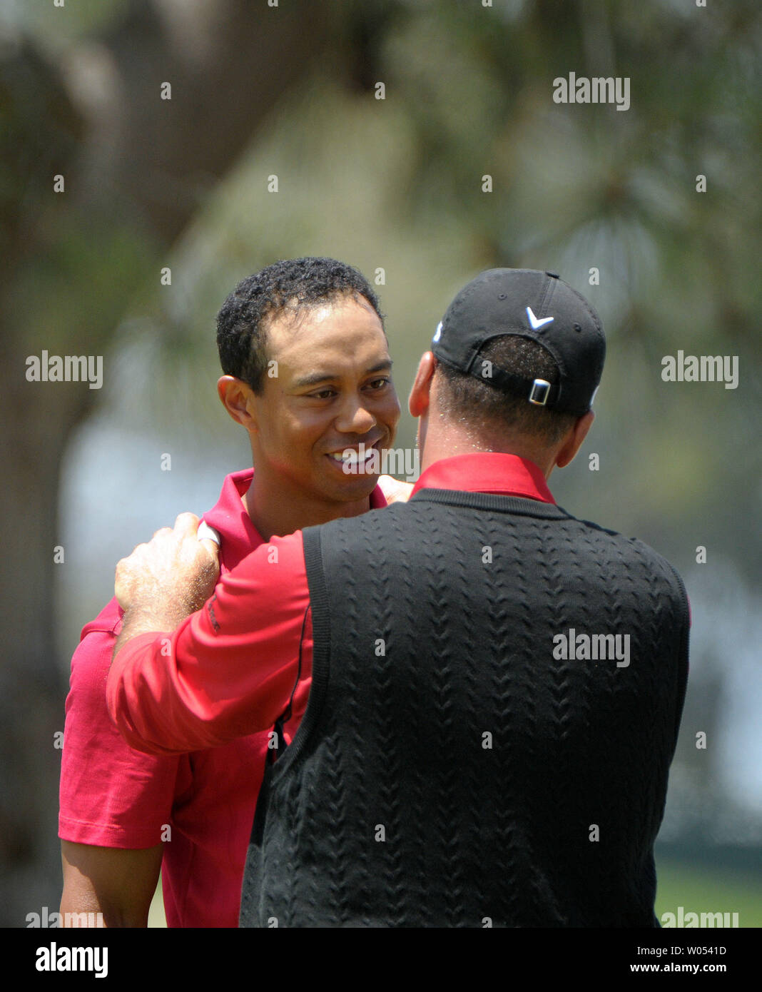 Tiger Woods (L) is congratulated by Rocco Mediate after winning the 108th US Open at Torrey Pines Golf Course in San Diego on June 16, 2008. (UPI Photo/Earl S. Cryer) - Stock Image
