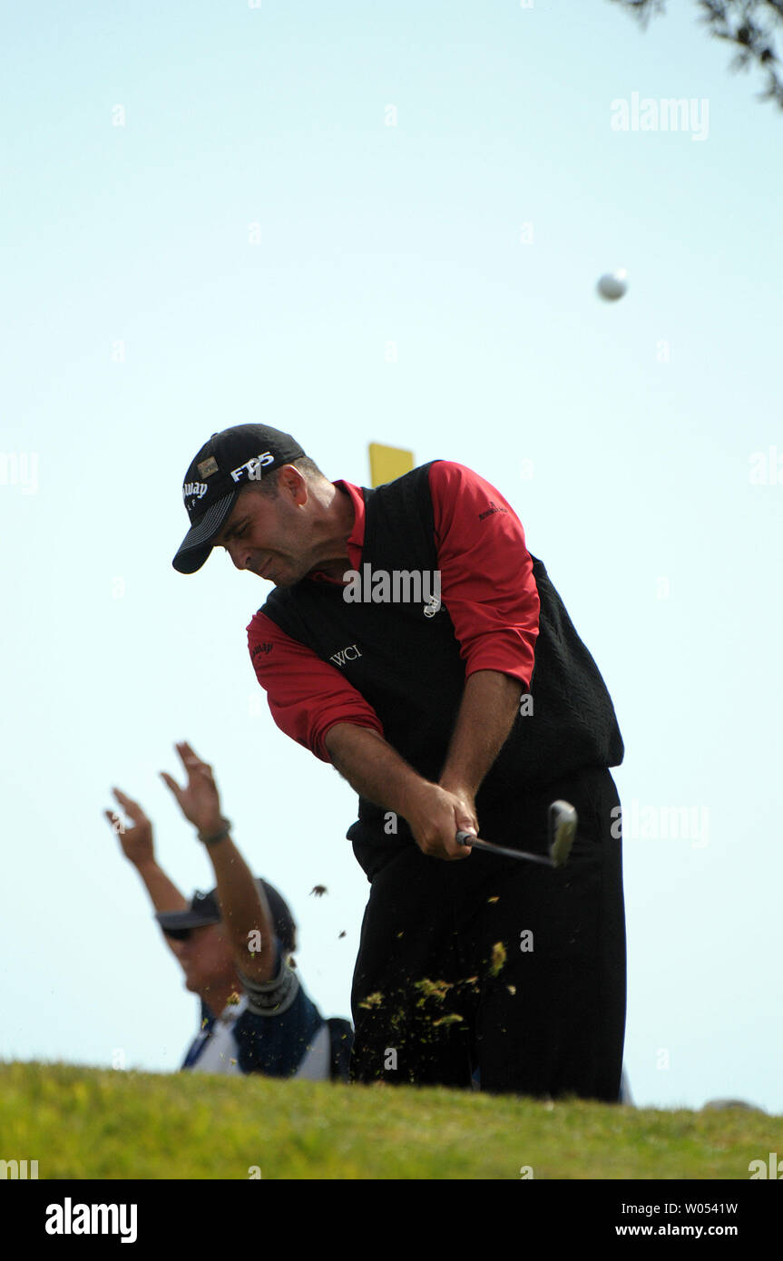 Rocco Mediate tees off of the 3rd tee during the playoff round at the US Open at the Torrey Pines Golf Course in San Diego on June 16, 2008. Tiger Woods went on to defeat Mediate and win the 108th US Open. (UPI Photo/Earl S. Cryer) - Stock Image