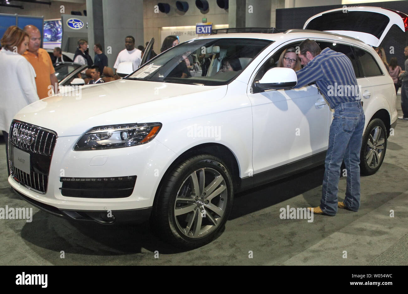 San Diego Audi >> Visitors Check Out An Audi Q7 At The 2010 San Diego