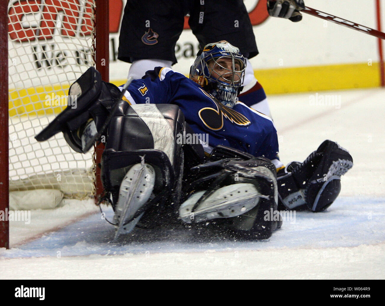 St. Louis Blues goaltender Curtis Sanford stops a shot on goal against the Vancouver Canucks in the third period at the Savvis Center in St. Louis on January 23, 2006. Sanford stopped all 34 shots on goal as the Blues snap a nine game losing streak, 4-0. (UPI Photo/Bill Greenblatt) - Stock Image