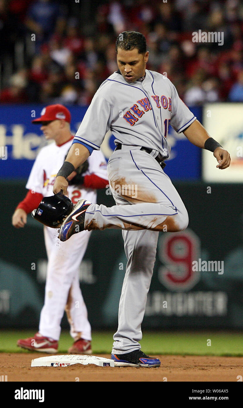 New York Mets Carlos Beltran Clears His Spikes Of Dirt With
