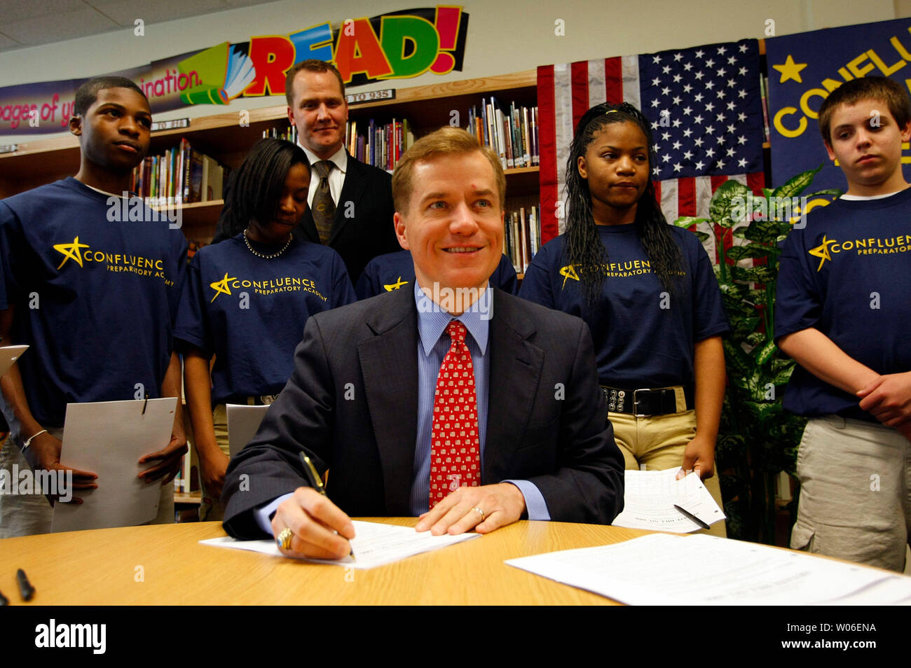 Missouri Governor Matt Blunt signs legislation that will provide experienced professionals an alternate route to second careers as teachers at the Confluence Academy, in St. Louis on May 1, 2008. The bill allows professionals to pursue teaching through an alternative teacher certification program and would benefit students by providing access to professionals such as math, engineering, technology, and science (METS) specialists who can offer innovative curriculum and real-world perspective. (UPI Photo/Bill Greenblatt) Stock Photo