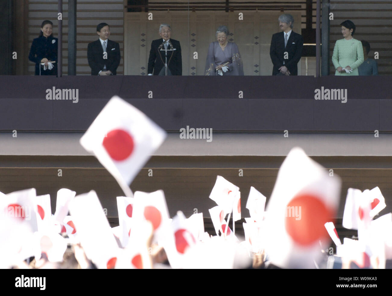 Japan's Emperor Akihito(L3) waves to well-wishers with Empress Michiko(R3), Crown prince Naruhito(L2), Crown princess Masako(L), Prince Akishino (R2) and his wife Princess Kiko(R), during a new year greeting at the East Plaza, Imperial Palace in Tokyo, Japan, on January 2, 2010.     UPI/Keizo Mori - Stock Image