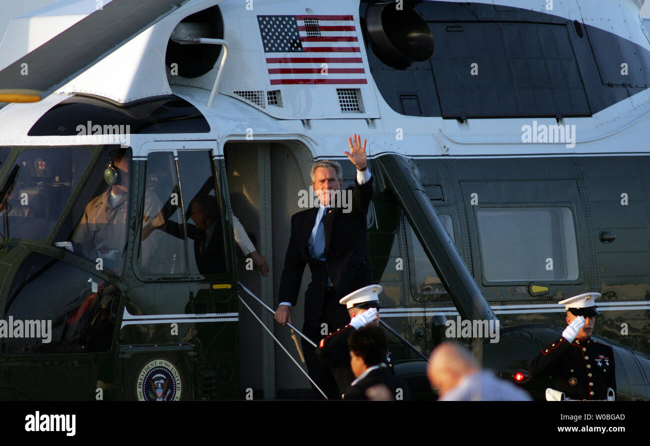 President George W. Bush arrives in Waco, Texas to spend the Father's Day weekend at his ranch in Crawford, Texas on June 16, 2006. President Bush and First Lady Laura Bush embark onto Marine One for the short flight to their ranch. (UPI Photo/Ron Russek II) - Stock Image