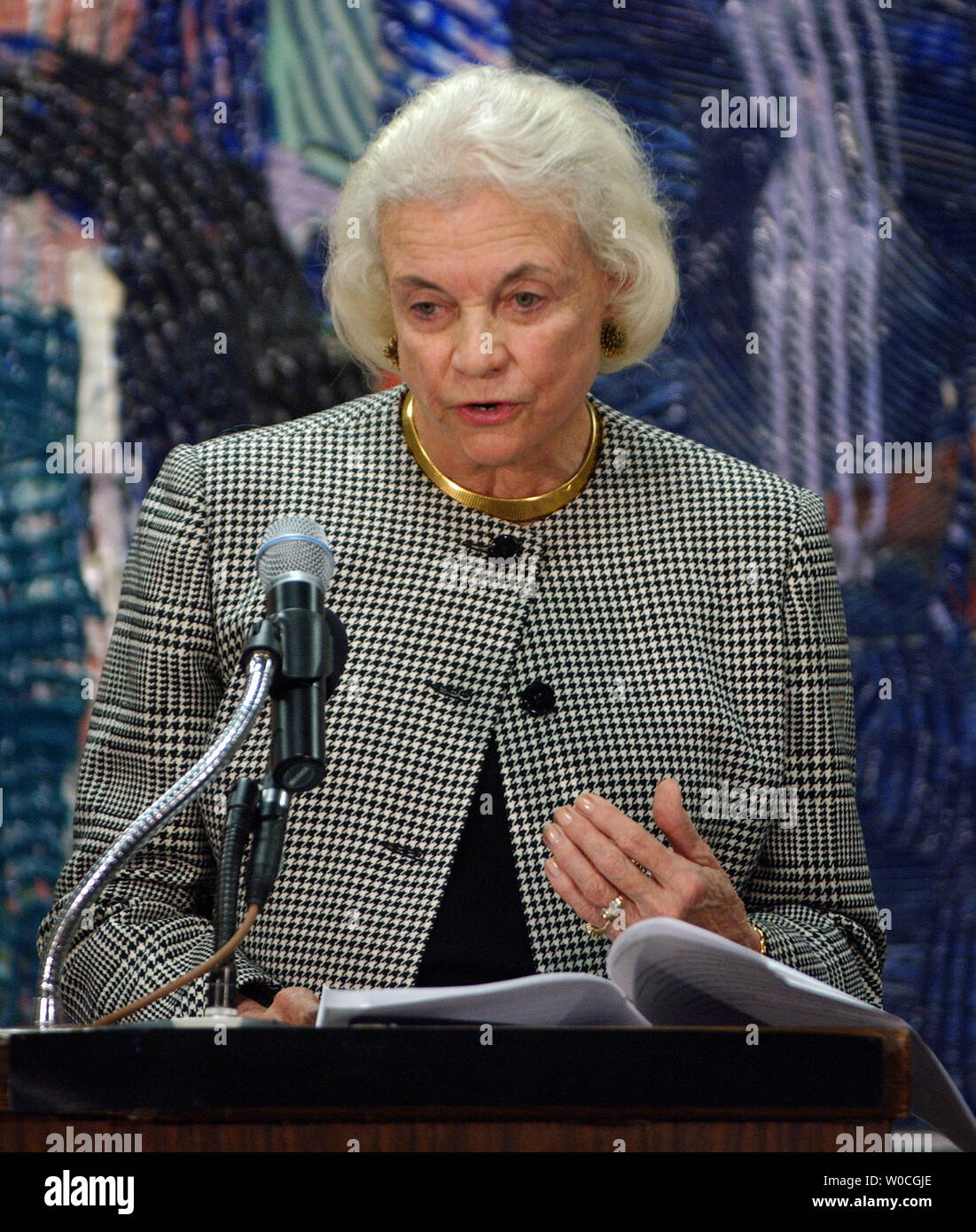 U.S. Supreme Court Associate Justice Sandra Day O'Connor thanks prospective jurors for their service and gives them some advice on how best to fulfill their duty at the Washington, D.C. courthouse on Dec. 9, 2004. O'Connor was participating in an event during which the American Bar Association released new 'principles' concerning jury service designed to help the courts function better.   (UPI Photo/Roger L. Wollenberg) - Stock Image