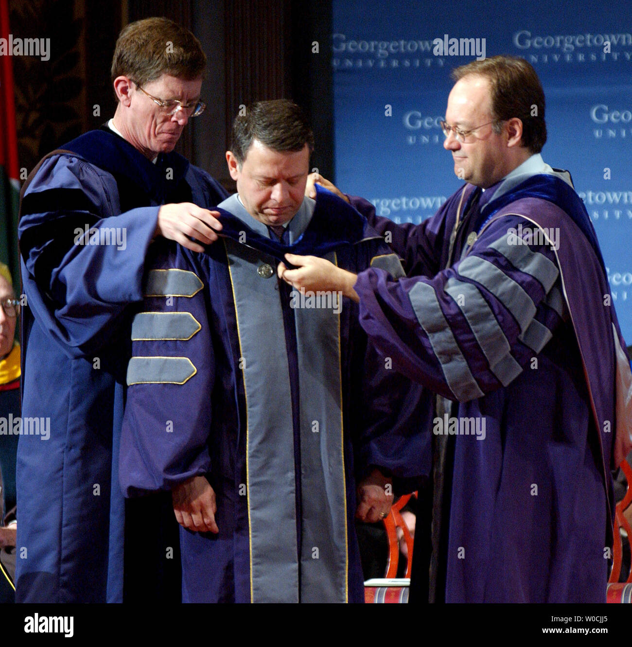 King Abdullah II of Jordan receives an honorary Doctorate of Humane Letters from Provost James J. O'Donnell, left, and President John J. DeGioia at Georgetown University on March 21, 2005.   (UPI Photo/Roger L. Wollenberg) - Stock Image