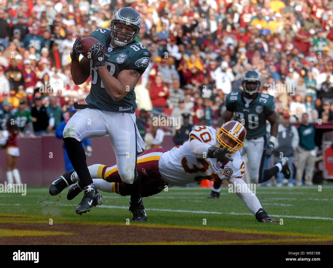 Philadelphia Eagles L.J. Smith brings in an 8-yard touchdown reception over Washington Redskins LaRon Landry during the third quarter at FedEx Field in Landover, Maryland on November 11, 2007. (UPI Photo/Kevin Dietsch) - Stock Image