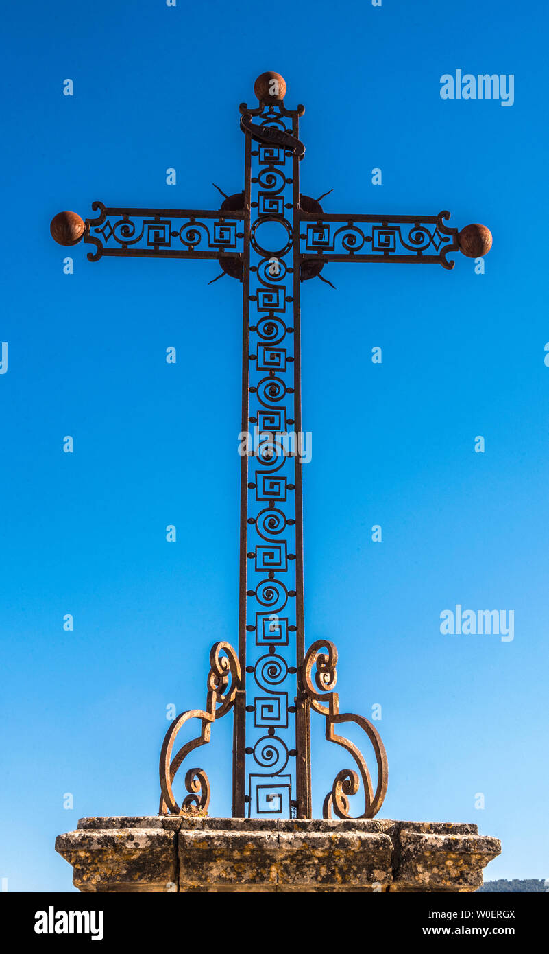 France, Lubéron, Vaucluse, Ménerbes, cross in front of the church Saint Luc (Most Beautiful Village in France) Stock Photo
