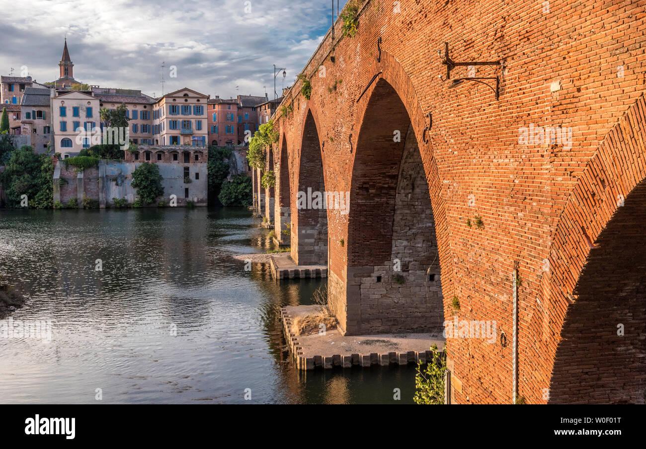France, Tarn, Albi, episcopal city (UNESCO World Heritage) (Saint James way), Pont Vieux on the Tarn river Stock Photo