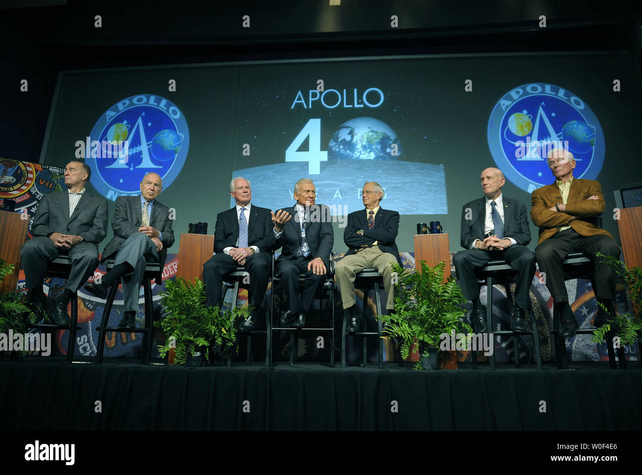 From left to right, former astronauts, Walt Cunningham, Apollo 7, James Lovell Apollo 8 and Apollo 11, David Scott Apollo 9 and Apollo 15, Buzz Aldrin, Apollo 11, Charles Duke, Apollo 16, Thomas Stafford Apollo 10 and Eugene Cernan, Apollo 10 and Apollo 17, speak on the 40th anniversary of the lunar landing and their experiences during a news conference at NASA headquarters in Washington on July 20, 2009. (UPI Photo/Kevin Dietsch) - Stock Image