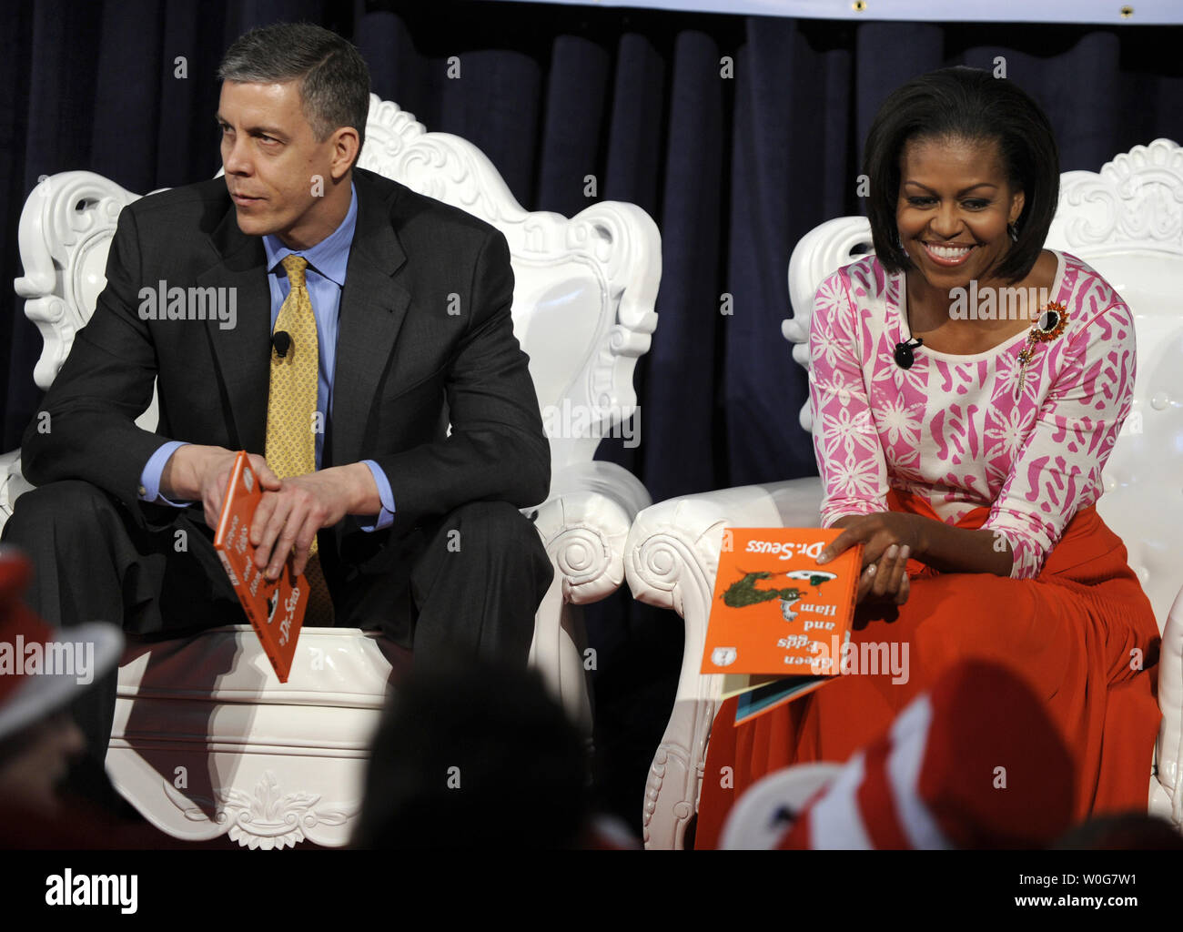 First Lady Michelle Obama (R) prepares to read Dr  Seuss' book Green