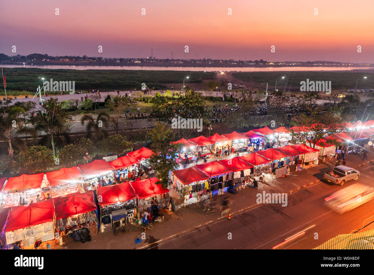 Night market riverside Mekong in Vientiane | Nachtmarkt in Vientiane am Ufer des Mekong, Laos - Stock Image