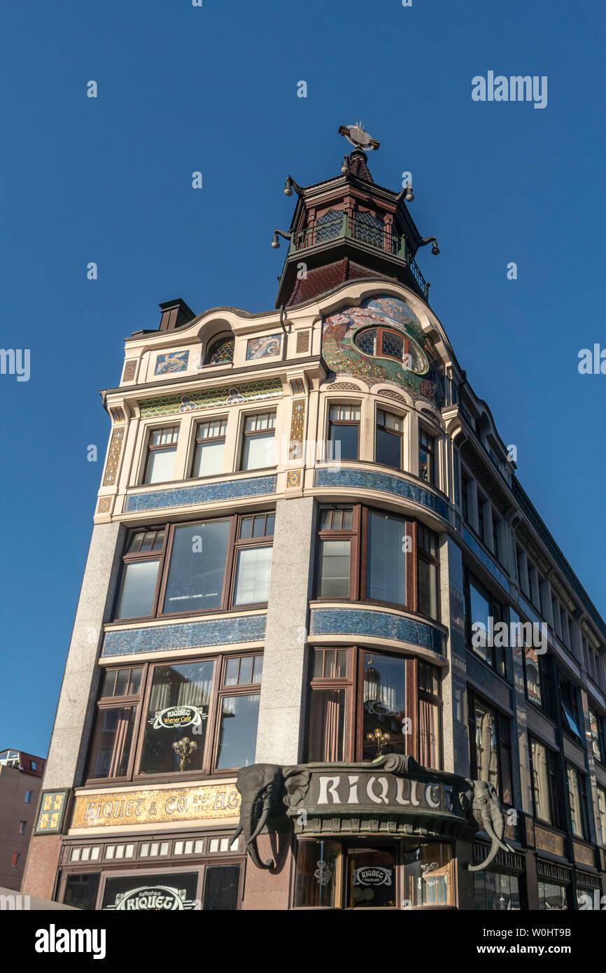 Historisches Cafe Riquet, Niklaikirche, Leipzig, Sachsen, Ostdeutschland,|The historic Riquet Cafe house building, tower, background Nikolai church to - Stock Image