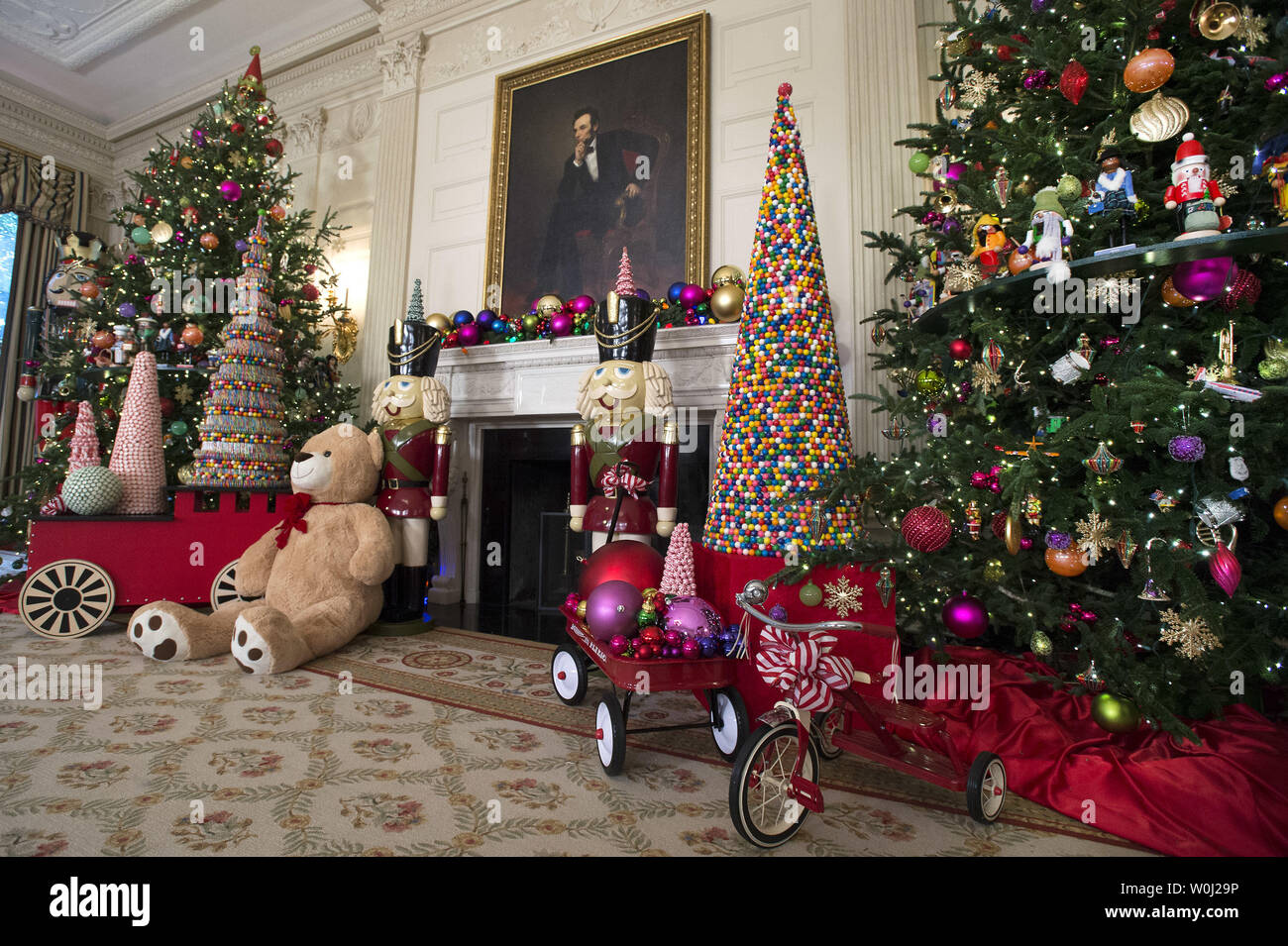 The State Dinning Room is seen decorated during a holiday tour at the White House in Washington, D.C. on December 2, 2015. This year's team is 'A Timeless Tradition, and reflects long-held traditions cherished across America and commemorates extradorinaiy moments that help shaped the county. Photo by Kevin Dietsch/UPI. - Stock Image