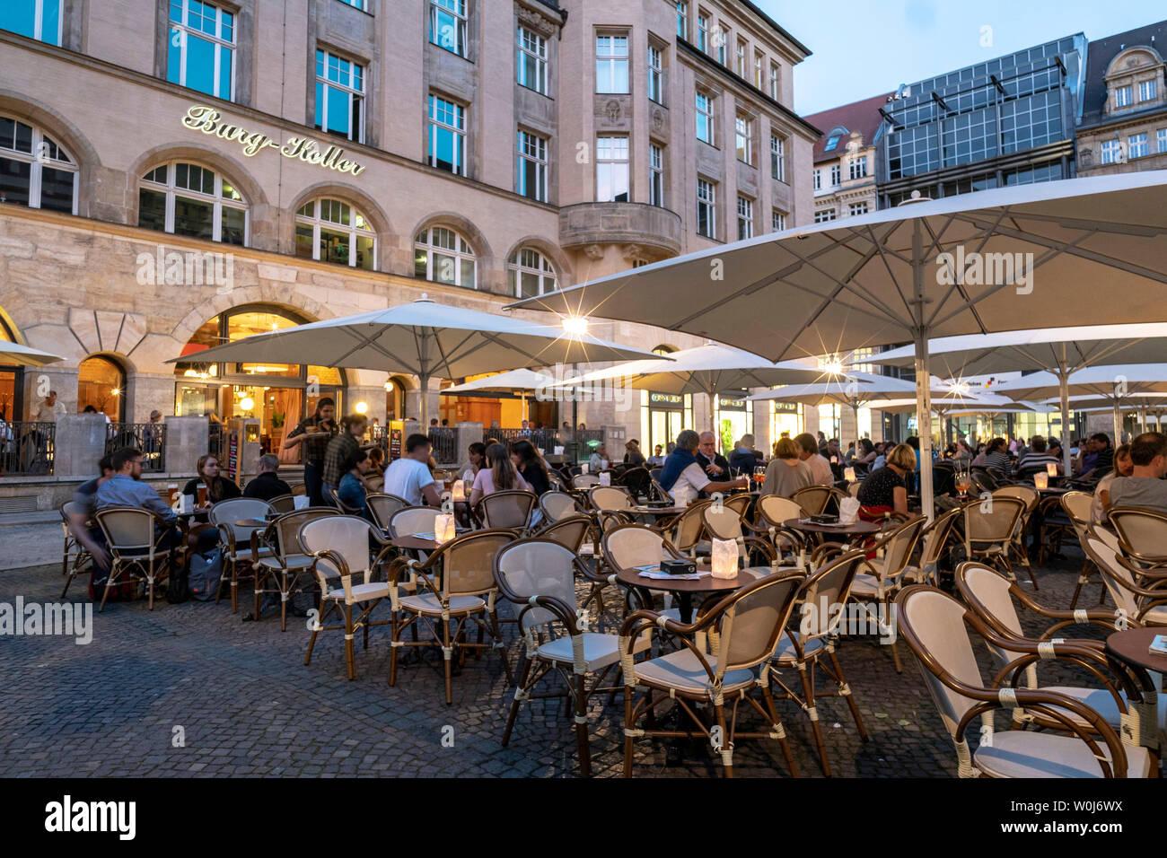 Straßencafe am Abend in der Innenstadt von Leipzig - Stock Image