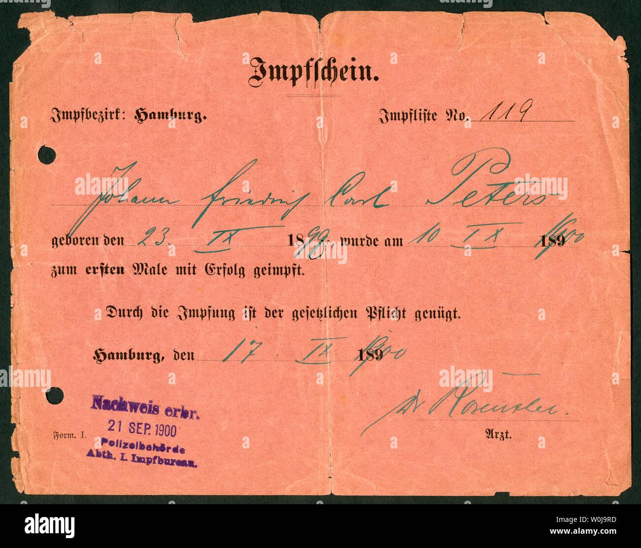 Europa, Deutschland, Hamburg,  roter Impfschein , Vorderseite, ausgestellt am 17. 09. 1900 /  Europe, Germany, Hamburg, red certificate of vaccination Stock Photo