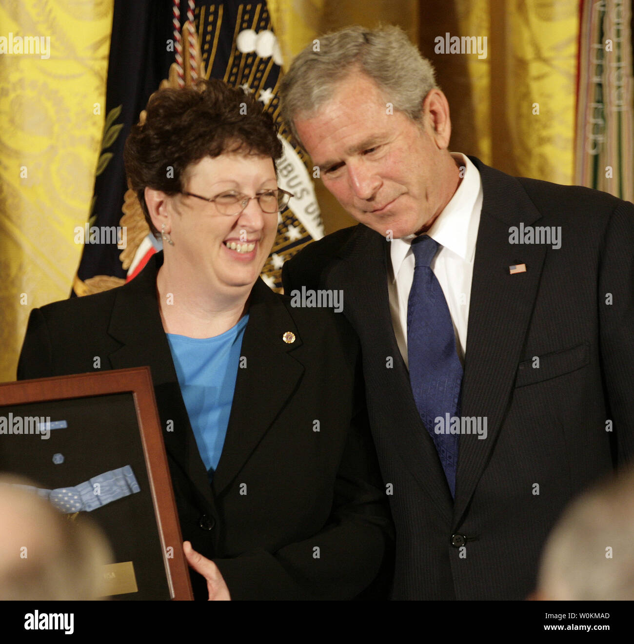 U.S. President George W. Bush (R) stands with Romayne McGinnis after presenting her with the Medal of Honor her son earned in Iraq at the White House in Washington on June 2, 2008. Army PFC Ross McGinnis, of Knox, Pennsylvania, who was killed in Iraq in 2006, at the White House in Washington on June 2, 2008. (UPI Photo/Yuri Gripas) - Stock Image
